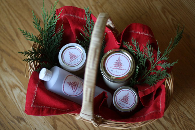 Homemade christmas basket ideas plus free downloadable mason jar labels 12 easy to make christmas gift basket ideas with free downloadable christmas mason jar labels solutioingenieria Image collections